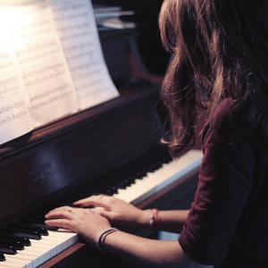 girl_plays_piano